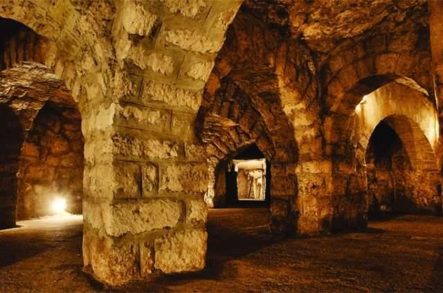 布達佩斯-布達區-地下迷宮,男女朋友可以一起去探險。
