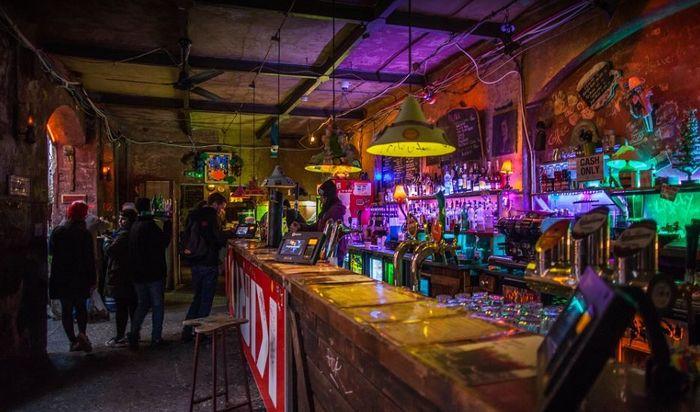 廢墟酒吧 內部