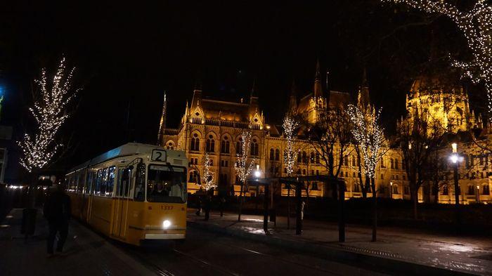 夜晚的國會大廈與Tram 2 輕軌2號