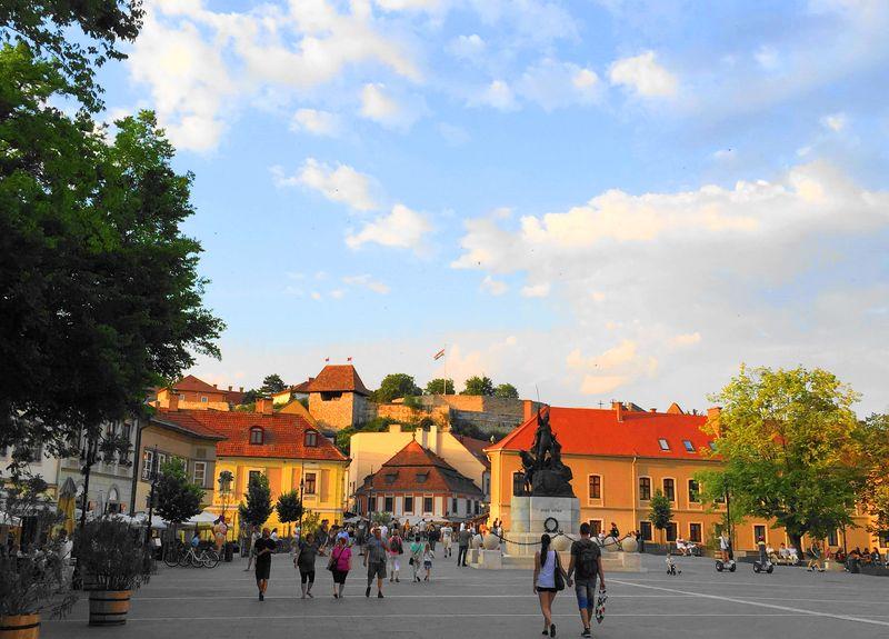 Dobo廣場,Eger
