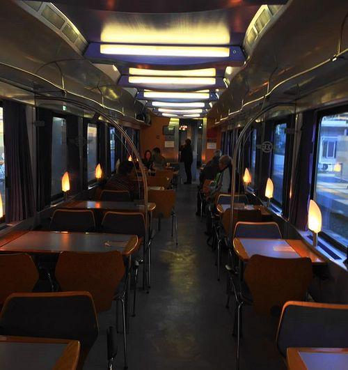 雅典國鐵內部:其中一列火車有餐飲服務
