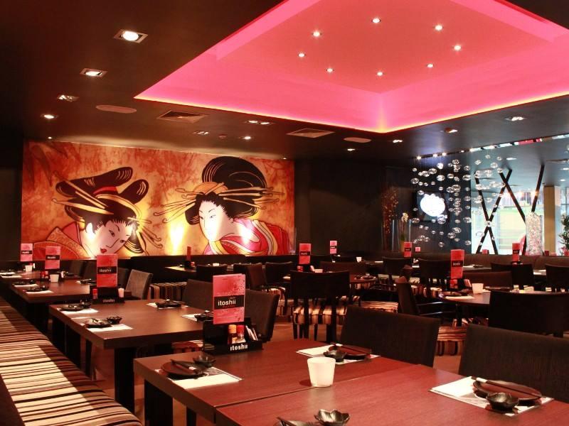 匈牙利打工度假:布達佩斯知名日式吃到飽餐廳Itoshii,就在最美麥當勞旁邊廣場。