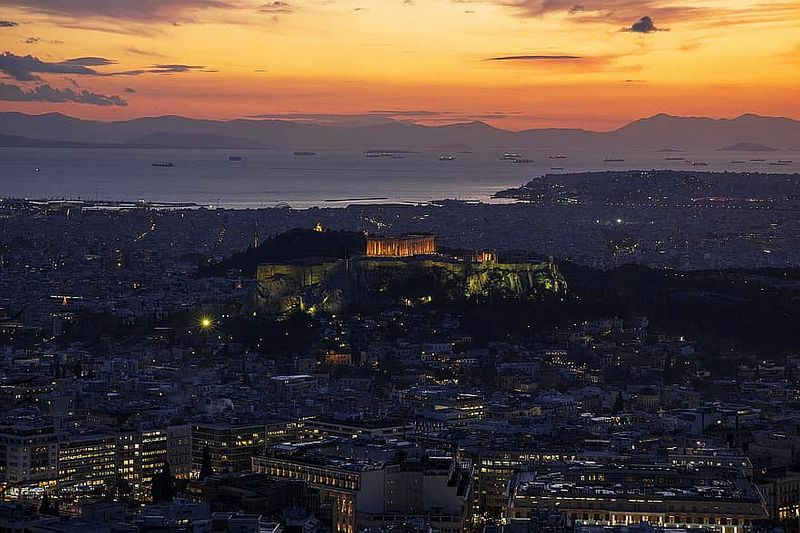利卡維多斯山丘 Lykavittos Hill,夜景到來,金色閃耀的雅典衛城,遠方還能看見皮瑞斯港的船隻們。
