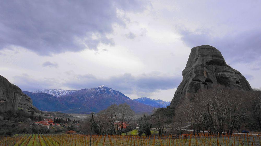 卡蘭巴卡隔壁小鎮-Kastraki。好大的巨石佇立在農田旁。