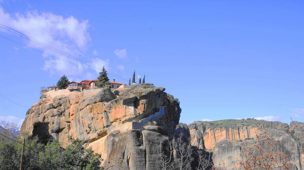 從遠方看梅特歐拉Meteora修道院:聖三位一體修道院 Holy Trinity Monastery (Agia Triada)。
