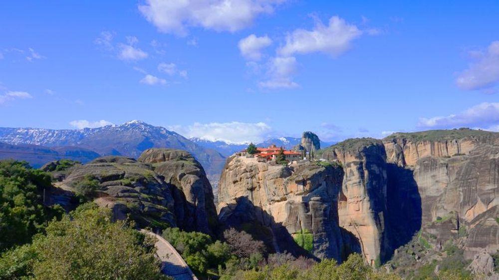 從遠方看梅特歐拉Meteora修道院:聖三位一體修道院 Holy Trinity Monastery (Agia Triada)。很壯觀記得隨時回頭看。