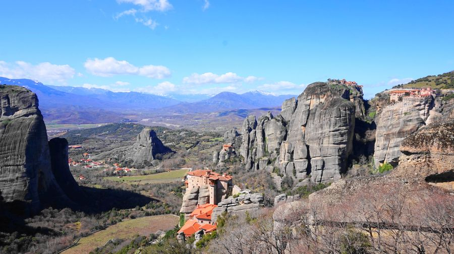 梅特歐拉Meteora修道院:魯莎奴女修道院 Roussanou Monastery.從遠方看修道院,很遼闊,風也很大。