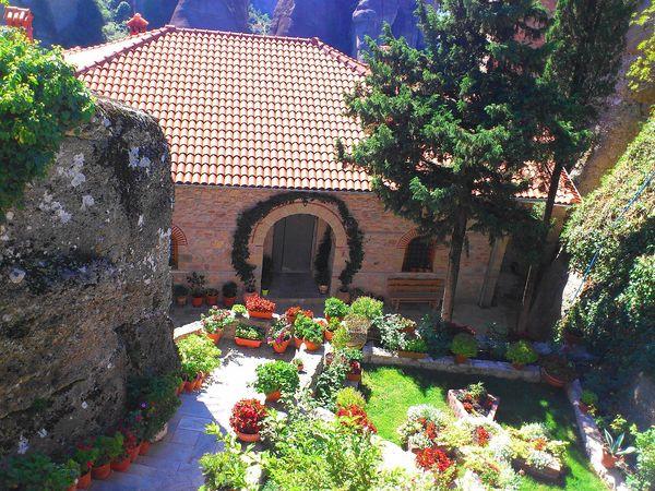 梅特歐拉Meteora修道院:魯莎奴女修道院 Roussanou Monastery.別忘了參觀充滿仙氣的小庭園。