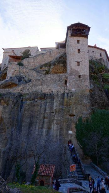 梅特歐拉Meteora-最大最古老修道院-大梅特歐羅修道院 Great Meteoron Monastery,必須先經過山洞走百階梯,才能抵達入口處。