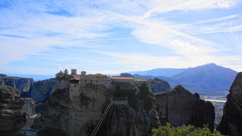 梅特歐拉Meteora-大梅特歐羅修道院,上面那一條繩索是流籠,修道士們進出都靠它。