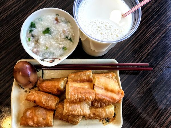 HongKong Restaurant in Budapest布達佩斯的港市茶餐廳,居然有「中式早餐」豆漿、油條這邊吃。