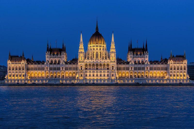 匈牙利國會大廈夜景 Hungarian Parliament Building,不管白天晚上、遠觀近看,都很值得。