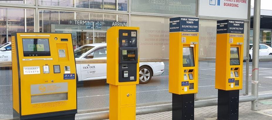 布拉格機場黃色自動售票機,可用信用卡。