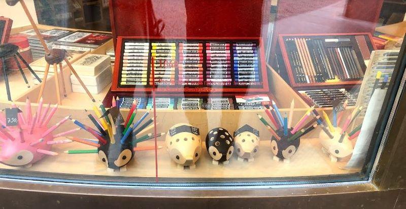 捷克布拉格必買購物行程-文具品牌KOH-I-NOOR(刺蝟造型色鉛筆)