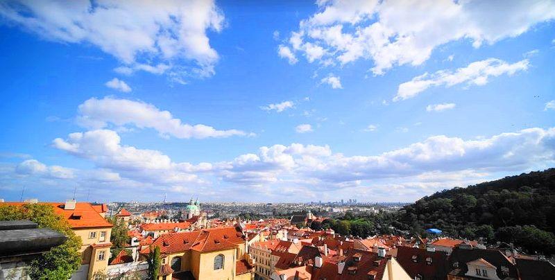 布拉格Prague必去景點-布拉格城堡旁的星巴克,可以登高賞布拉格橘紅色屋瓦風景。