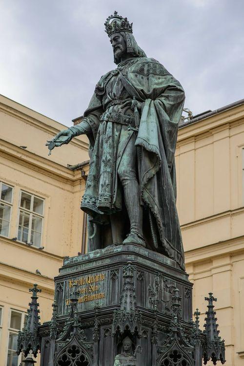 查理四世,興建查理大橋的人。