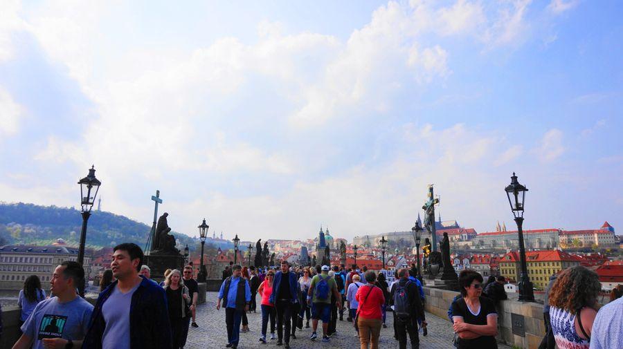 布拉格必去行程:查理大橋,滿滿都是遊客。