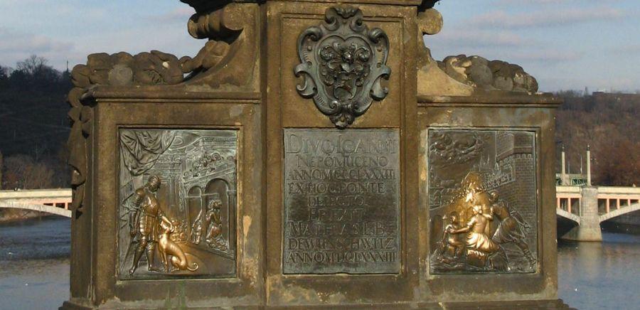 布拉格Prague必去景點-查理大橋上最著名的雕像聖約翰.內波穆克(John of Nepomuk),下面的浮雕聽說摸了會帶來好運。