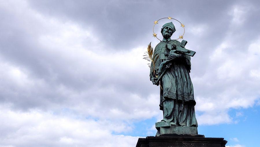 布拉格Prague必去景點-查理大橋上最著名的雕像聖約翰.內波穆克(John of Nepomuk)