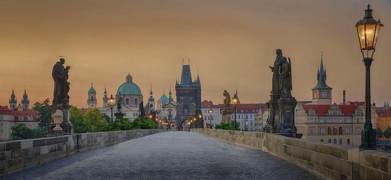布拉格必去景點:查理大橋,白天夜晚不同風情。