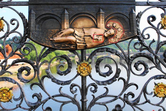 布拉格必去行程:查理大橋上的雕像-像聖約翰許願,摸完帶來好運氣。