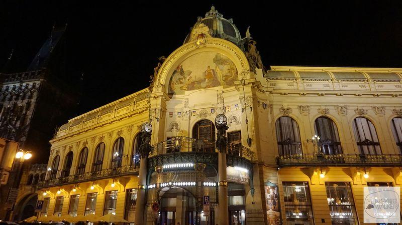 布拉格必去景點-夜間的市民會館金光閃爍