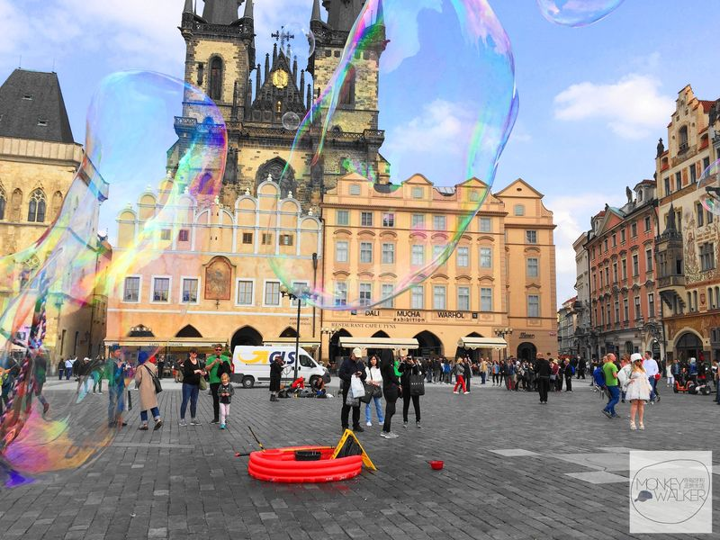 布拉格必去景點-舊城廣場(老城、布拉格廣場),還有許多吹泡泡的街頭藝人