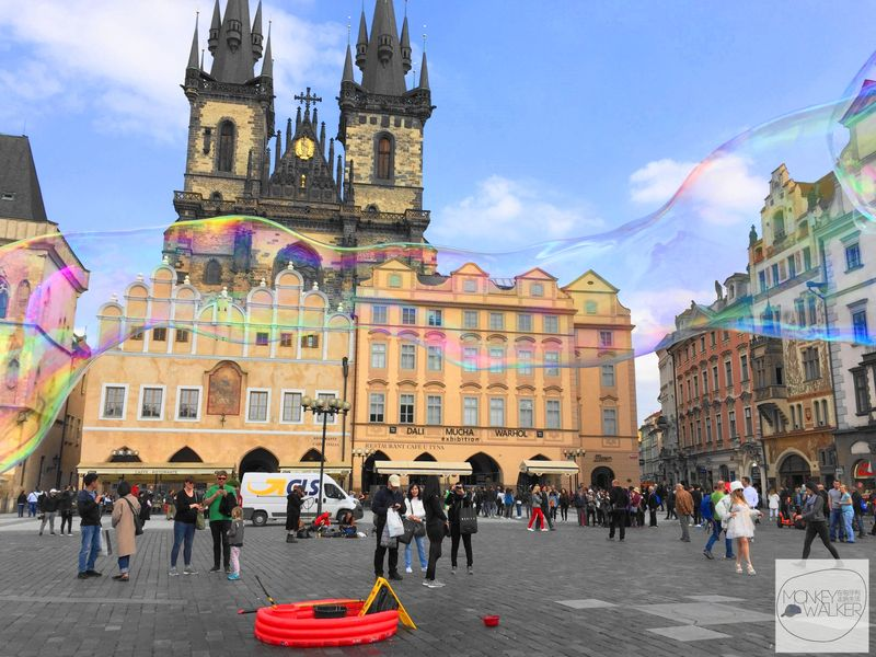 布拉格必去景點-舊城廣場(老城、布拉格廣場),還有許多吹泡泡的街頭藝人。後面是知名的提恩教堂。