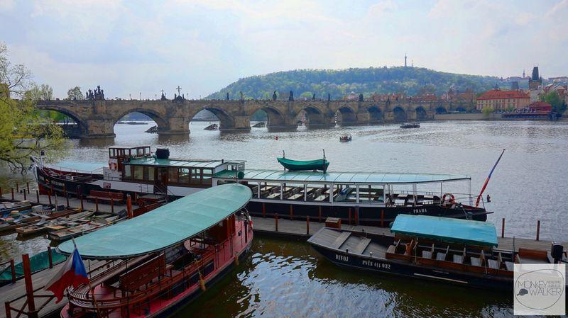 布拉格Prague必去景點-查理大橋下伏爾塔瓦河可以參加船行程。