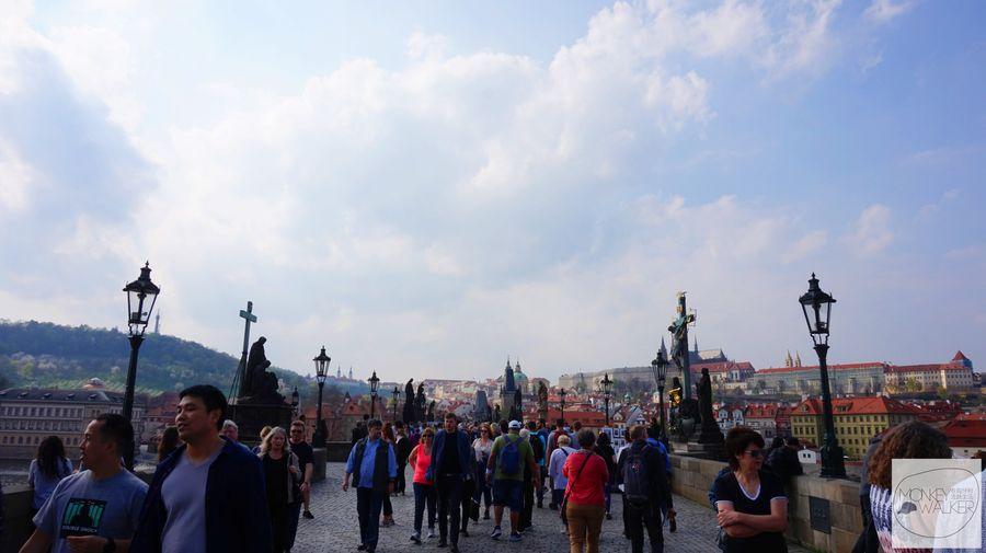 布拉格Prague必去景點-走上查理大橋,開始人擠人。