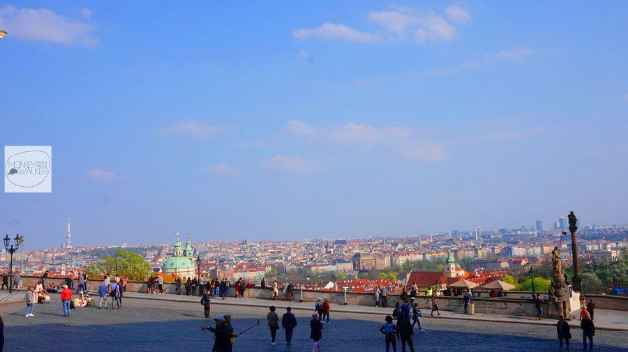布拉格Prague必去景點-城堡區、城堡廣場旁的星巴克看風景。