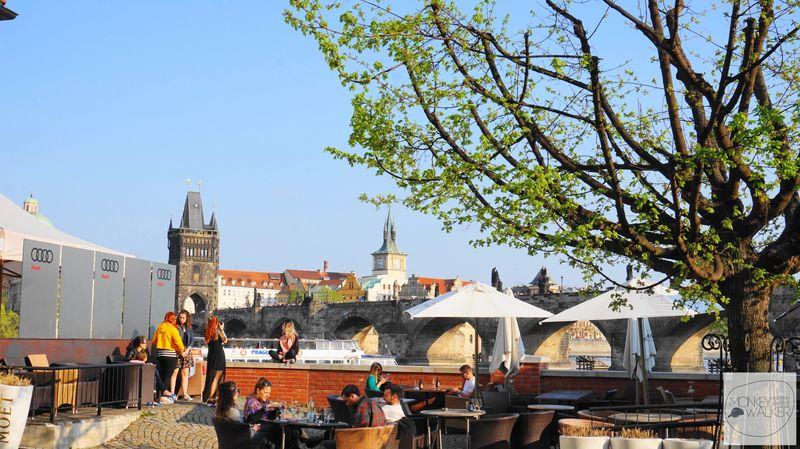 布拉格Prague必去景點-小區巷弄裡的咖啡館,也是賞景好地方。