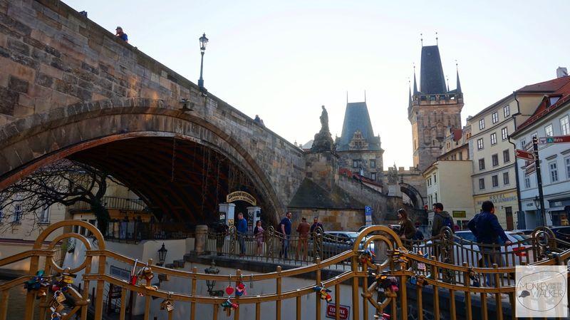 布拉格Prague必去景點-走在小區橋下發現愛情鎖。
