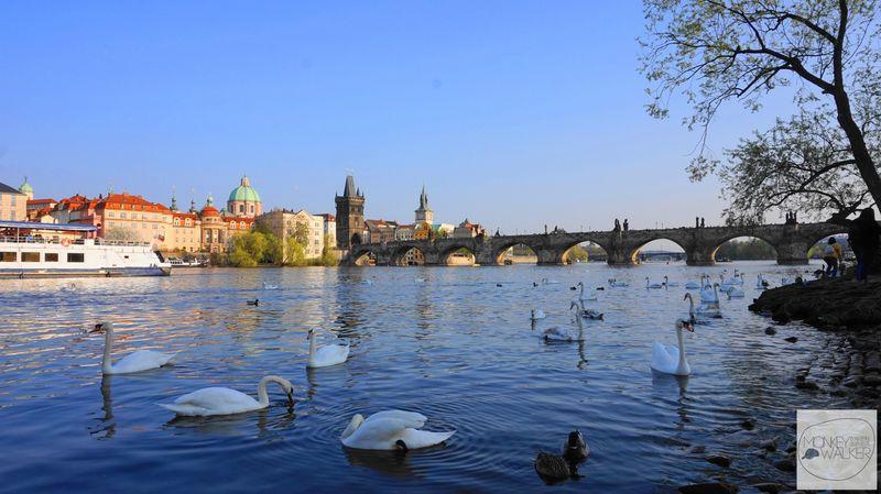 布拉格Prague必去景點-查理大橋最佳明信片角落。