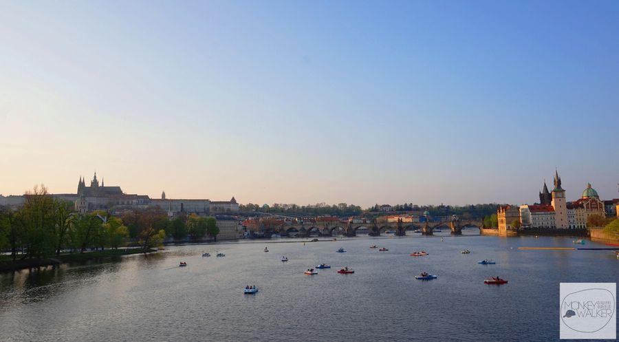 布拉格Prague必去景點-軍團橋Most Legii下水上活動的遊客們。