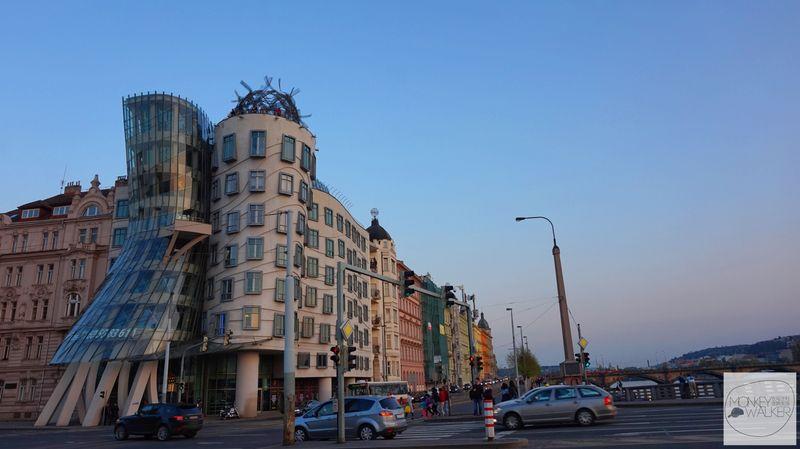 布拉格Prague必去景點-跳舞的房子。兩位知名美國舞者「Fred and Ginger」弗萊德與琴吉,相擁起舞的大樓-跳舞的房子Dancing House
