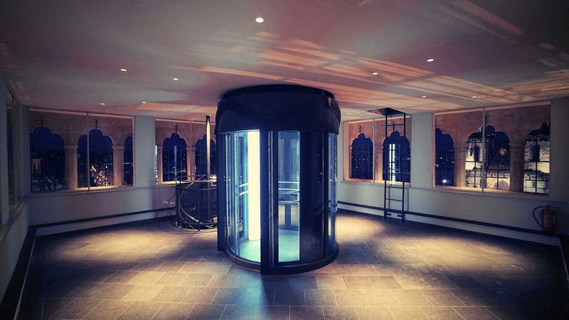 Prague Astronomical Clock 布拉天文鐘內部的電梯與樓梯,自行選擇怎麼登上塔頂。