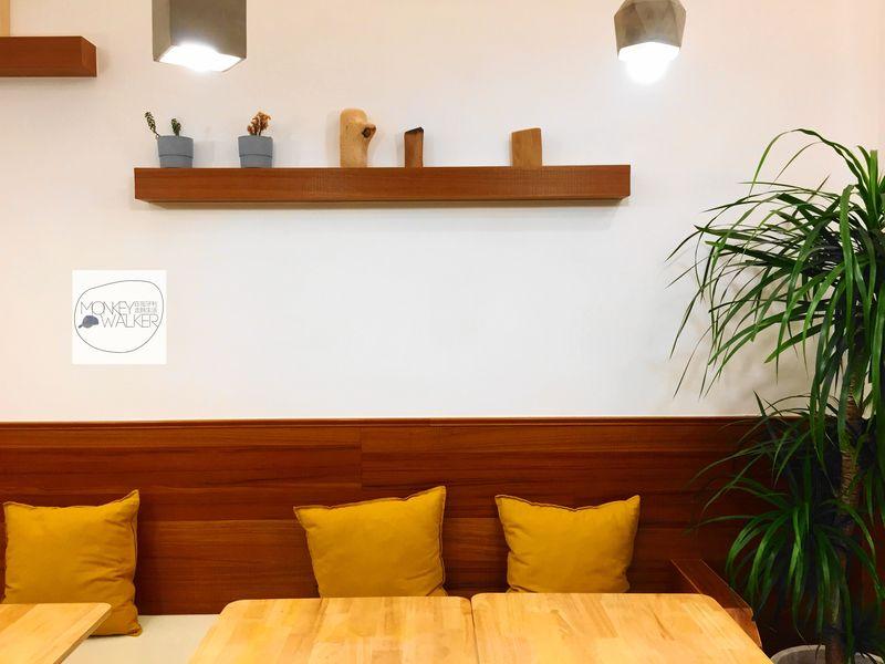 斗六OHEY Cafe慕光咖啡館內部沙發區。