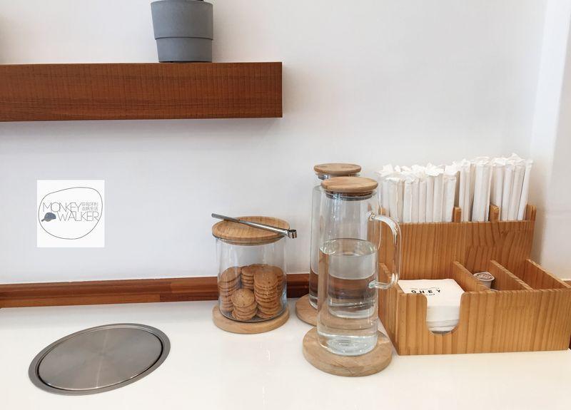斗六OHEY Cafe慕光咖啡館,提供免費手工餅乾與飲用水。