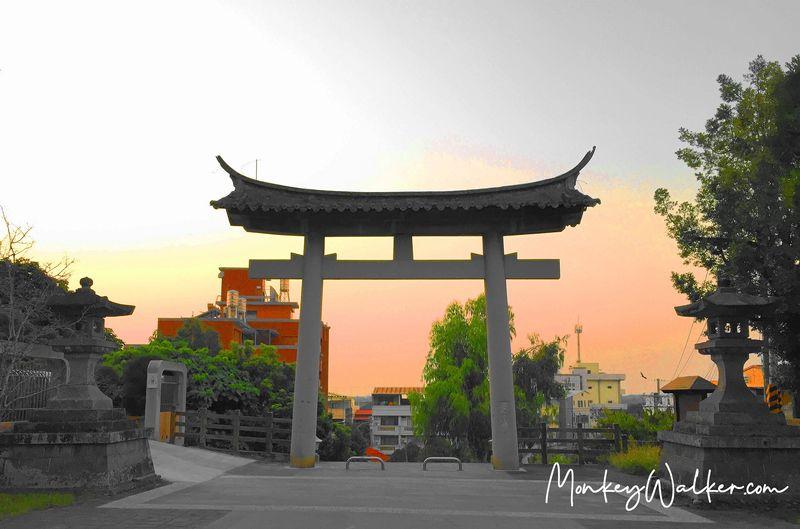 林內神社第二鳥居,夕陽下很有風格。