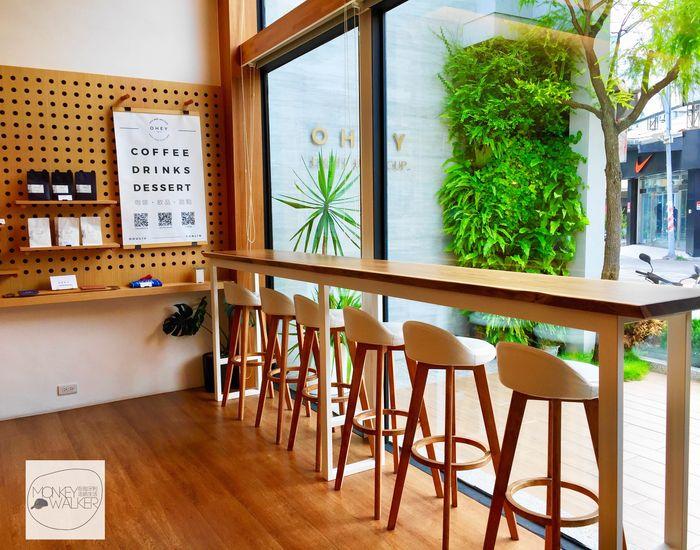 斗六OHEY Cafe慕光咖啡館,獨自一人的高腳椅專區,面對馬路。