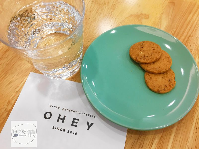 斗六OHEY Cafe慕光咖啡館提供的免費小餅乾,好吃濃郁不投機。
