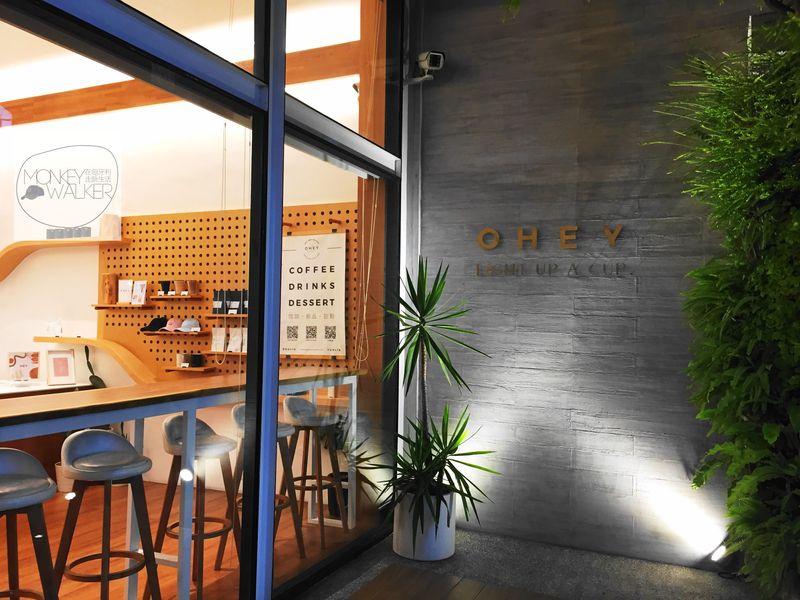 斗六OHEY Cafe慕光咖啡館,晚上的大面玻璃窗也很美,許多IG網美的打卡地點。