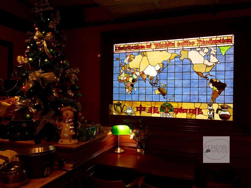 台中中非咖啡館的彩繪玻璃窗世界地圖。
