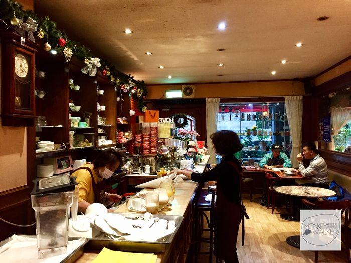 台中中非咖啡館吧檯與友善的店員。