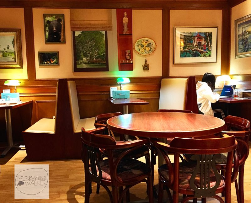台中中非咖啡館,一個人也可以在角落安靜念書使用電腦,部分座位提供插座。