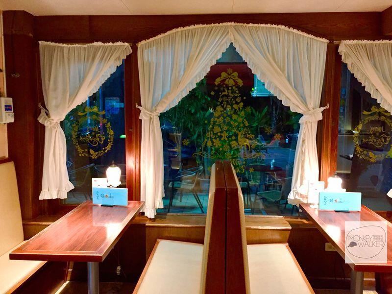 中非咖啡館靠窗的位置和背對背式包廂座位,超級復古感。