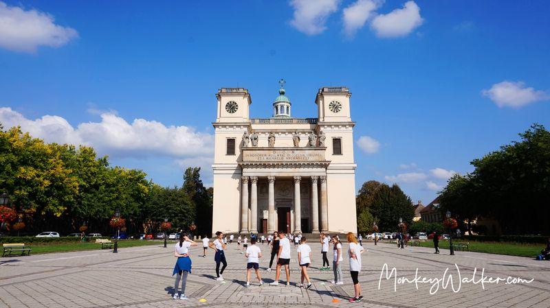 瓦茨大教堂Vác Cathedral,很多學生在廣場上體育課。
