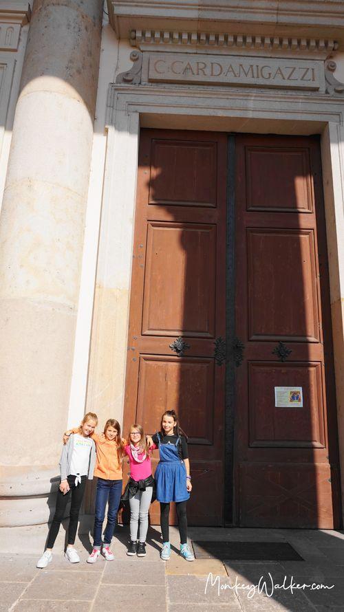 瓦茨大教堂Vác Cathedral遇見當地小女孩。
