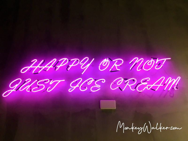 巴蕊花生內部的螢光燈Happy or not just ice cream